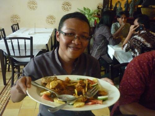 Foto saya bersama Gurameh Bumbu Lotis